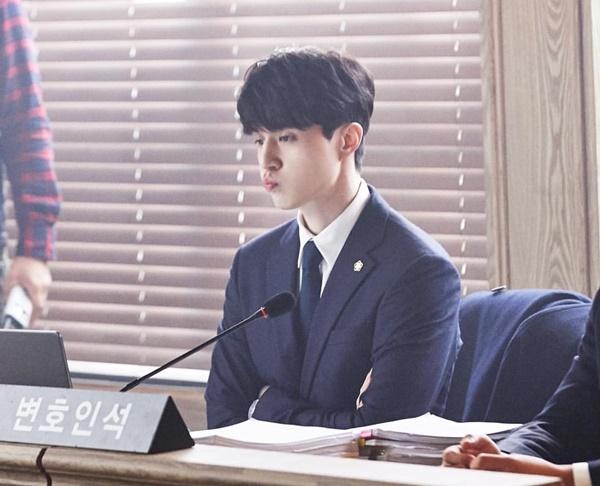 Khoảnh khắc chu môi cute phô mai que của anh luật sư Lee Dong Wook trên trường quay Touch my heart.