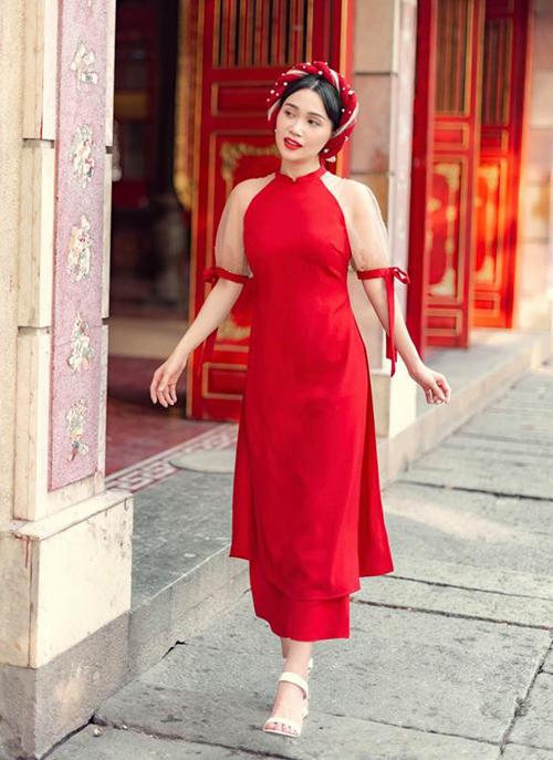 Sĩ Thanh có cách kết hợp tương tự Kelly Nguyễn. Phần tà áo không quá dài đi cùng quần lửng giúp các cô gái trông cao ráo và trẻ trung hơn.
