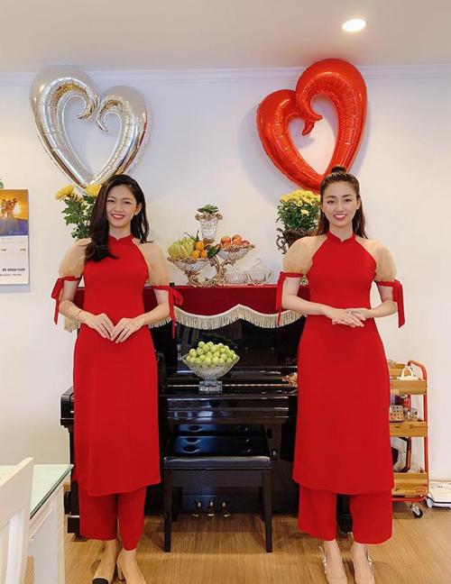 Hai chị em Á hậu Thanh Tú - Trà My rủ nhau sắm cùng một mẫu áo dài mặc đôi, giúp vẻ ngoài rạng rỡ trong những ngày đầu năm mới.