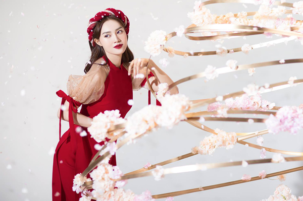 Lan Ngọc là một trong những mỹ nhân diện mẫu áo dài này đầu tiên. Cô kết hợp cùng màu son đỏ thẫm tôn lên vẻ sang chảnh.