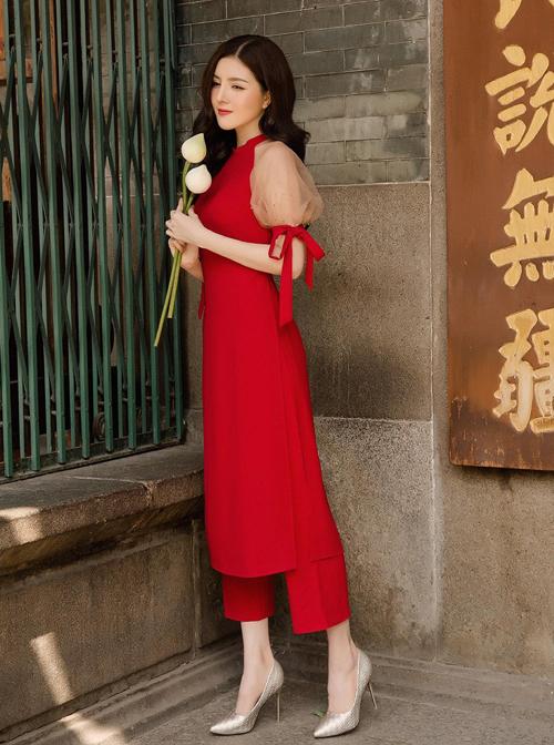 Trang phục tôn lên vẻ mong manh của Lilly Luta. Bộ áo dài này của một thương hiệu thời trang bình dân, có giá là hơn 5 triệu đồng.