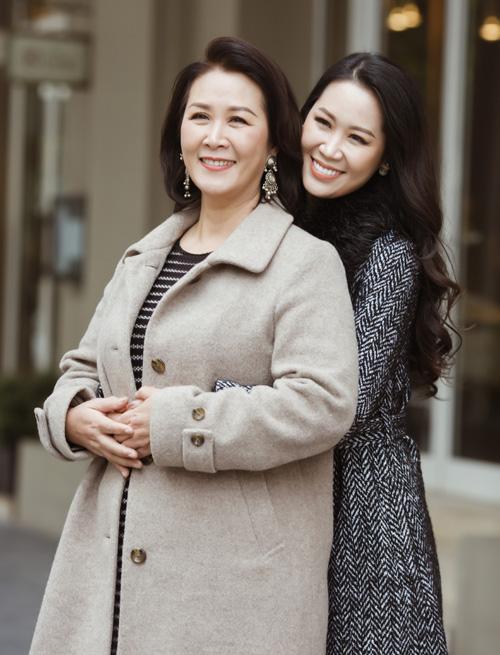 Mẫu thân của Hoa hậu quý bà Dương Thùy Linh có phong cách ăn mặc rất sang trọng, phù hợp với tuổi tác. Tuy nhiên bà ít khi xuất hiện tại các sự kiện hay bộ ảnh cùng con gái.