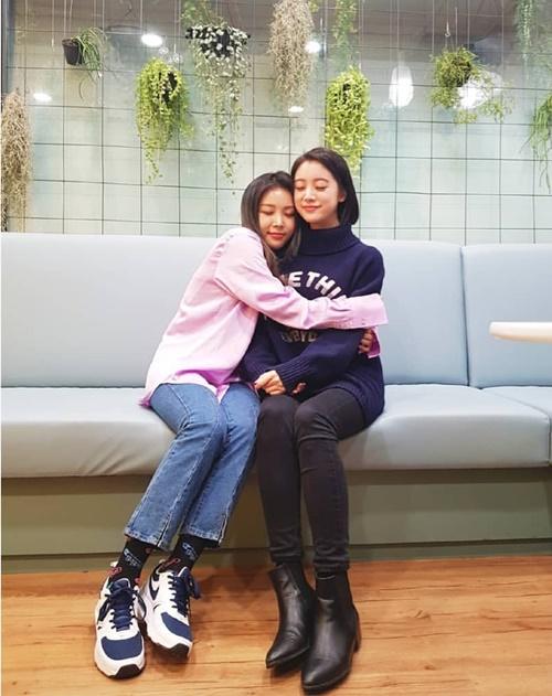 Hai thành viên Wonder Girls Yu Bin và Hye Lim hội ngộ dịp Tết, ôm nhau thắm thiết.