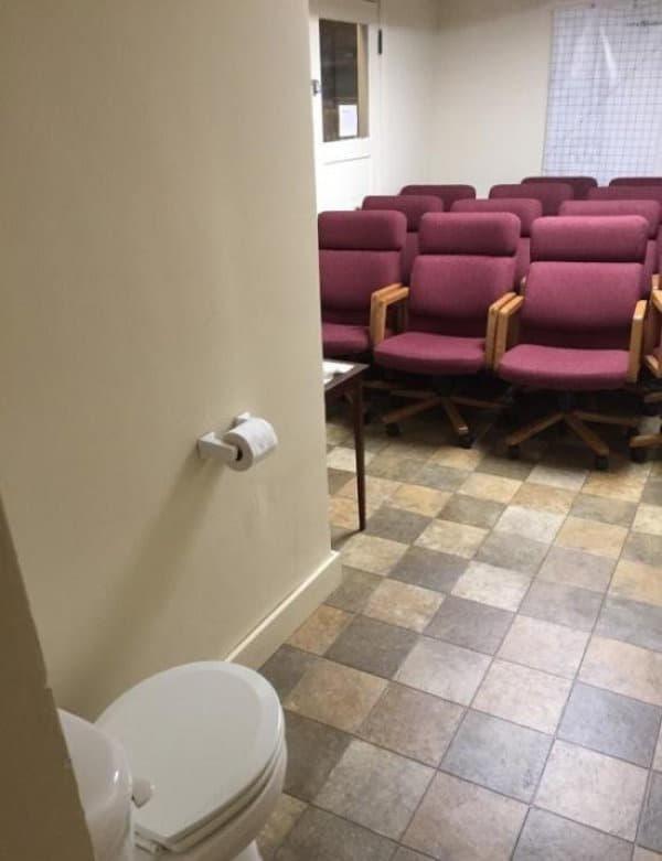 Mọi người ngồi ngay ngắn chưa? Tôi sẽ hướng dẫn sử dụng chiếc toilet này 1 lần thôi.