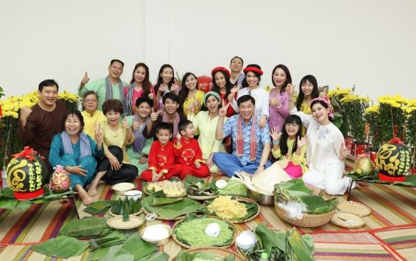 Gia đình Hiếu Nguyễn quây quần bên nhau ngày Tết.