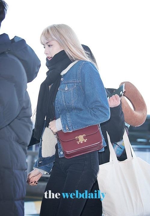 Lisa hướng tới phong cách thể thao, khỏe khoắn khi ra sân bay.