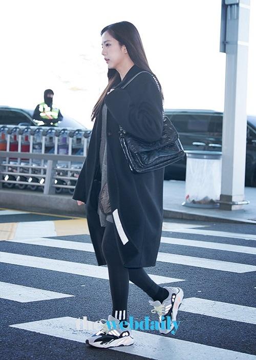 Ji Soo chọn những trang phục tối màu dễ phối đồ, giày thể thao đắt đỏ.