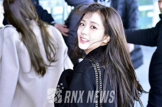 Chỉ một khoảnh khắc quay đầu cũng đủ để Ji Soo chứng minh đẳng cấp nhan sắc nữ thần ở sân bay. Nữ ca sĩ chỉ trang điểm nhẹ nhàng vẫn xinh đẹp.