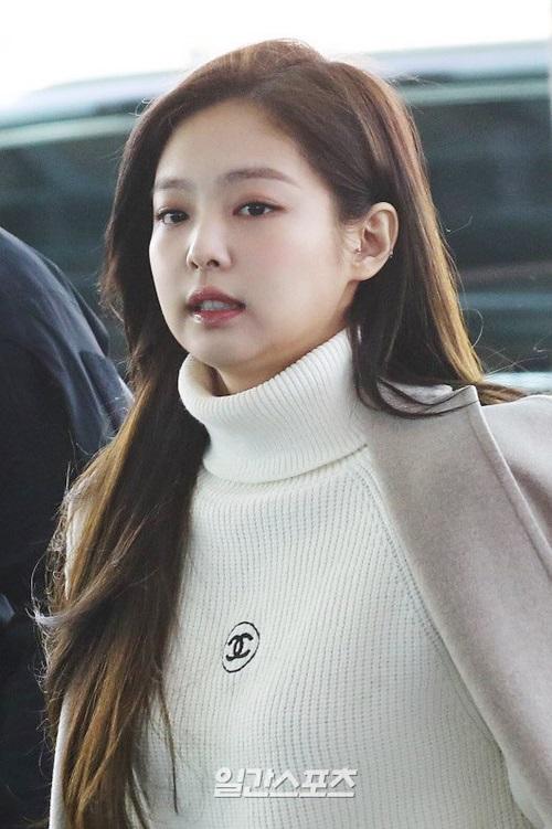 Ngày 7/2, Black Pink lên đường ra sân bay sang Mỹ. Jennie nhận nhiều lời chê về nhan sắc khi lộ cằm nọng, gương mặt tròn xoe. Netizen chỉ trích cô nàng đã tăng cân đáng kể.