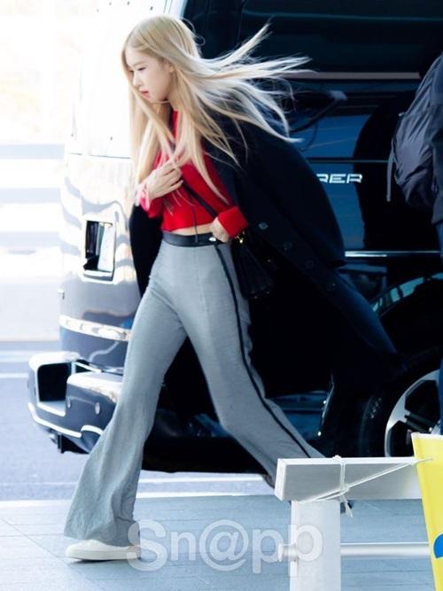 Rosé khoe vòng bụng phẳng lỳ, đô chân dài trong kiểu quần ống loe kén người mặt. YG thông báo rằng cô nàng sẽ là thành viên tiếp theo của Black Pink solo.