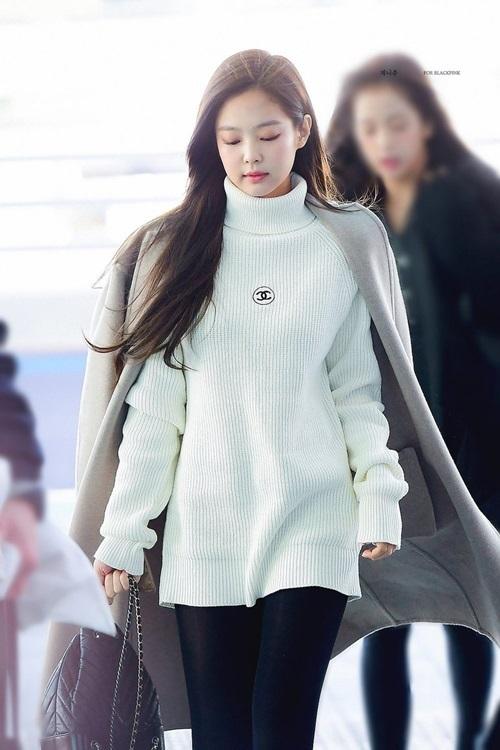 Gu thời trang của Jennie không có chỗ để bắt bẻ. Cô nàng tiêp tục quảng cáo cho các sản phẩm của Chanel, áo khoác hờ vương giả.