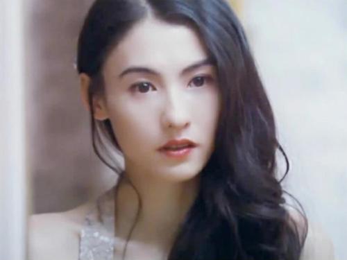 Năm 18 tuổi, Trương Bá Chi nổi danh với vai nữ chính Liễu Phiêu Phiêu trong vua hài kịch. Cô được phát hiện ngay trên đường và Châu Tinh Trì đã không ngần ngại giao luôn vai nữ chính cho Trương Bá Chi.