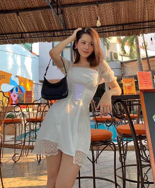 Chi Pu mang đến vẻ yêu kiều giống các cô gái đầu năm 2000 với váy ren và túi xách quai ngắn.