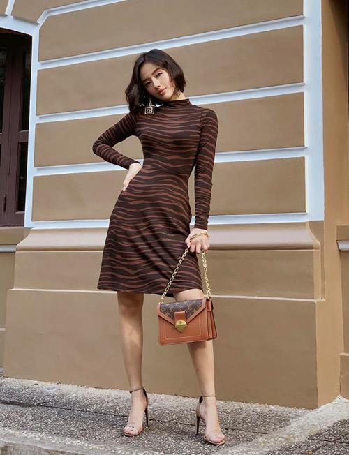 Khánh Linh chưa bao giờ gây thất vọng với style xuống phố đơn giản nhưng đầy đẳng cấp.