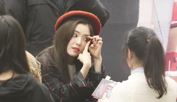 Cô nàng chẳng ngại hình tượng, trực tiếp hướng dẫn cho fan cách đeo kính áp tròng khi được hỏi.