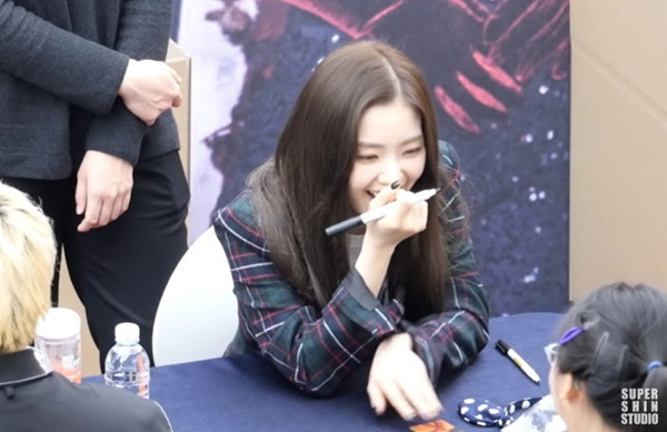 Thậm chí Irene còn nhận ra fan từng đến buổi ký tặng trước đó và chủ động   chào hỏi. Trưởng nhóm mẫu mực còn bày tỏ lo lắng khi biết một fan đã theo   chân cô đến mọi sự kiện một mình.