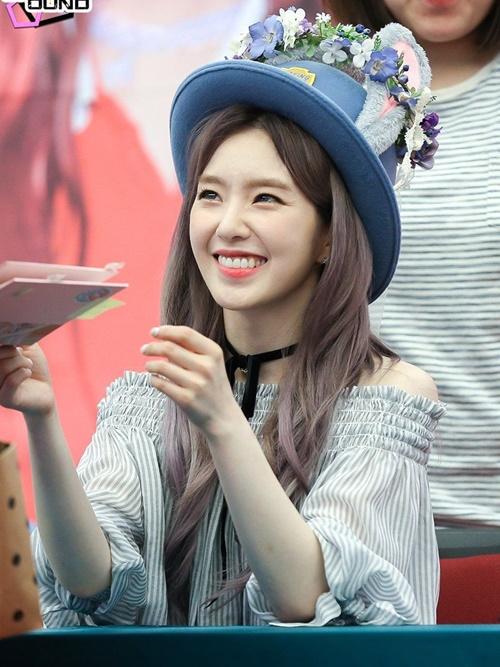 Những người hâm mộ may mắn được gặp Irene ngoài đời chia sẻ trưởng nhóm   Red Velvet không chỉ xinh đẹp mà còn cư xử rất lịch thiệp, chu đáo.