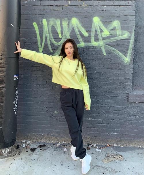 Jennie thể hiện phong cách hip hop năng động.