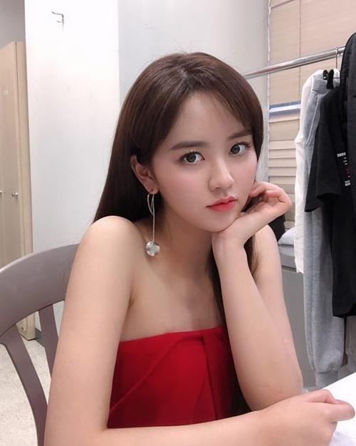 Kim So Hyun khoe vẻ gợi cảm trưởng thành tuổi 20.