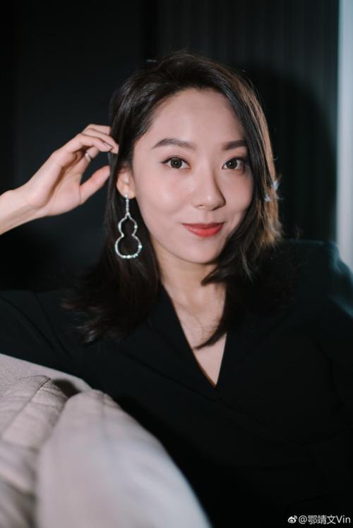Đã 30 tuổi nhưng Ngạc Tĩnh Văn vẫn là một cái tên mới tinh của làng giải trí Trung Quốc. Ngoại hình không mấy nổi bật của cô khiến Ngạc Tĩnh Văn khó có chỗ đứng tại ngành công nghiệp khốc liệt này.