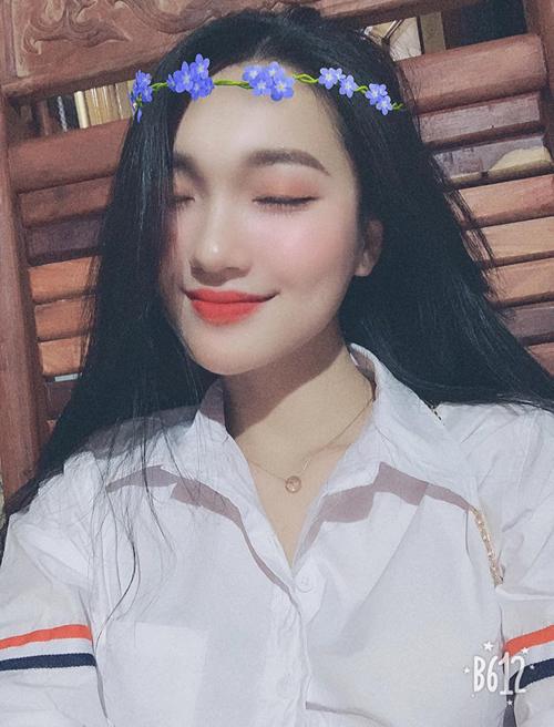 Bạn gái tin đồn của cầu thủ Phan Văn Đức - Nguyễn Ngọc Nữ - cũng diện một chiếc áo ăn theo hàng xịn.