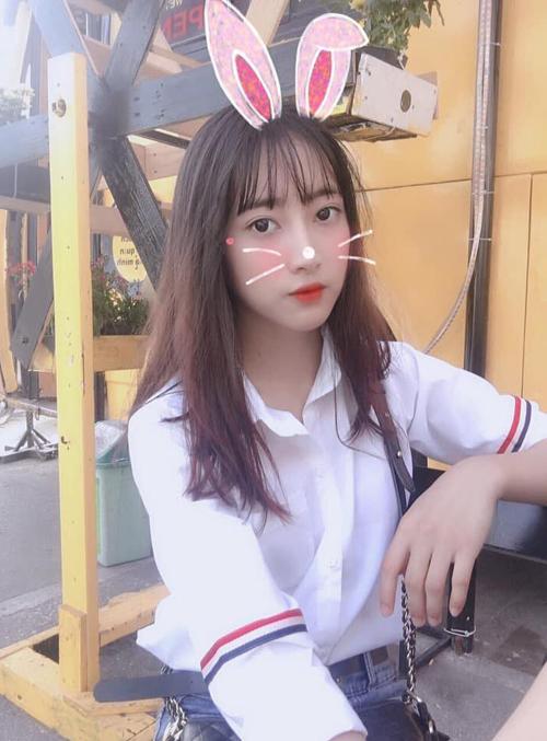 Ở Việt Nam, chiếc sơ mi này được rất nhiều chàng trai, cô gái cùng tìm mua, với mức giá bình dân chỉ từ 70k đến 300k. Item này hot đến mức bài post trên một diễn đàn chỉ cần đăng hình chiếc áo, lập tức có hàng nghìn người cùng vào điểm danh đã sắm một chiếc.