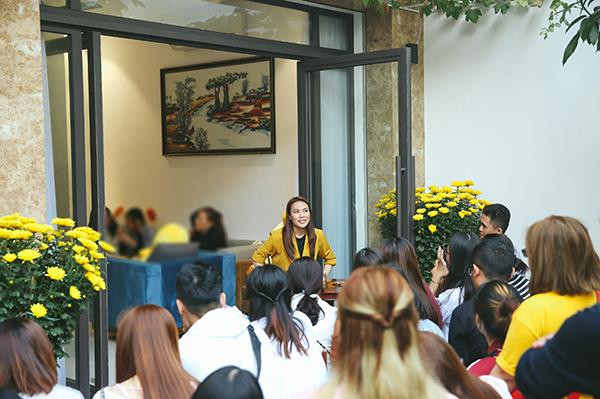 Những ngày đầu năm,hàng chục người hâm mộ đã đến nhà riêng của họa mi tóc nâu ở Đà Nẵng để chúc Tết. Nhiều fan đến từ Hà Nội, HCMvà các tỉnh lân cận cũng sắp xếp thời gian đếnđể gặp mặt thần tượng dịp đầu xuân.