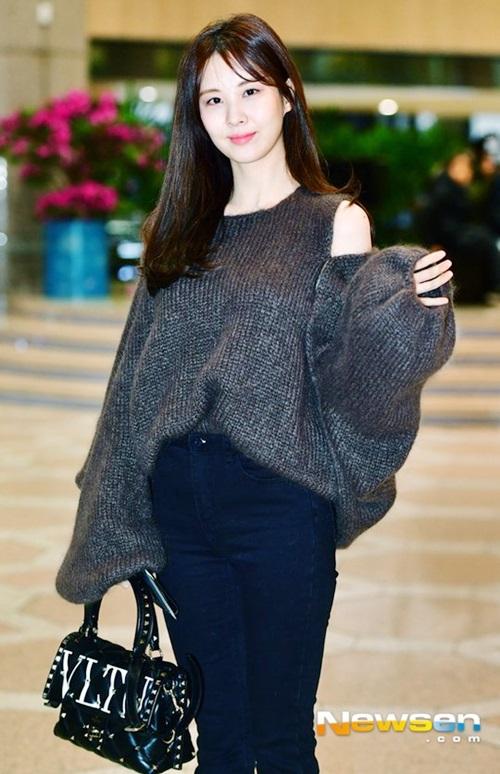Em út của SNSD thu hút ánh nhìn với kiểu áo len phá cách, ống tay rộng và chiếc túi hàng hiệu đắt đỏ.