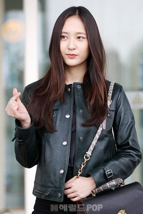 Krystal lên đường sang Mỹ dự tuần lễ thời trang. Cô nàng xinh đẹp hơn với mái tóc. Netizen nhận xét Krystal ngày càng giống chị gái Jessica.
