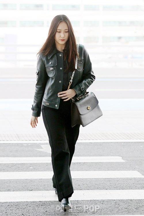 Ngôi sao nhà SM thường chọn những tông màu trầm khi ra sân bay. Krystal phối áo khoác da cá tính, quần ống rộng để thoải mái khi di chuyển.
