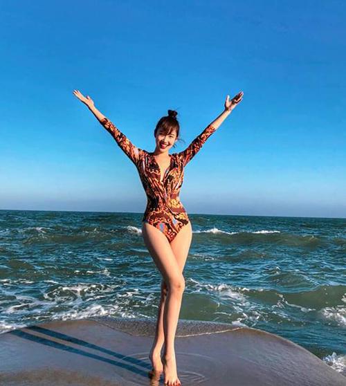 Thúy Ngân cũng ra biển chơi ngày đầu năm. Diện bộ đồ tắm một mảnh, nữ diễn viên vẫn khoe được đôi chân dài miên man.