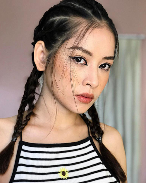 Chi Pu đổi mới đón Tết với lối makeup sắc sảo, nổi loạn chưa từng thử nghiệm. Đôi mắt kẻ eyeliner đậm cả mí trên và khóe mắt là điểm nhấn thú vị trên gương mặt của cô nàng.