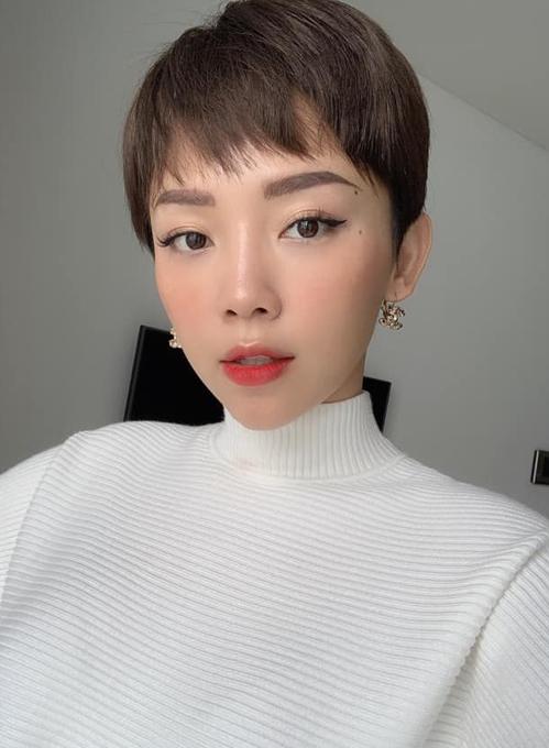 Tóc Tiên cũng có lớp trang điểm bắt mắt đi chơi Tết. Nữ ca sĩ kẻ mắt mèo cá tính, kết hợp cùng lối đánh má đậm tay và son xí muội để trông trẻ xinh như gái Hàn.
