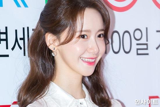 Ngày 8/2, Yoon Ahtham dự sự kiện kỷ niệm 100 ngày khai trương cửa hàng miễn thuế tại trung tâm thương mại Hyundai, quận Gangnam, thủ đô Seoul. Đã hơn một tháng thành viên SNSD ở ẩn nên lần xuất hiện này thu hút sự quan tâm lớn. Có hàng trăm bài báo về Yoon Ah trên các trang báo mạng của Hàn Quốc.