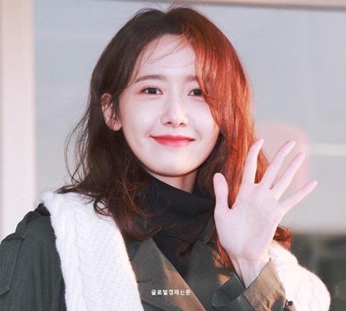 Ngày 11/2, Yoon Ah lên đường sang Mỹ dự Tuần lễ thời trang New York. Những hình ảnh ở sân bay của Yoon Ah lại tiếp tục gây sốt, khiến netizen trầm trồ vì quá xinh đẹp.