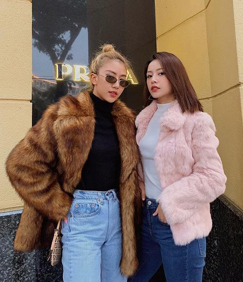 Chơi chung một hội, có chung nguồn cảm hứng phong cách, Chi Pu và Quỳnh Anh Shyn ngày càng mặc đồ giống nhau dù trước đây khác biệt hoàn toàn. Không ít lần chính Quỳnh Anh Shyn còn làm stylist cho cô chị thân thiết.