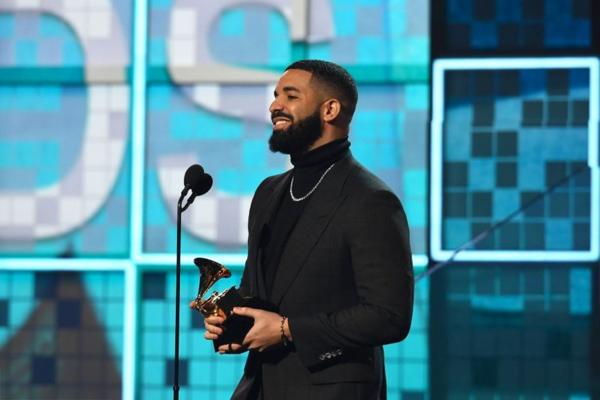 Drake bất ngờ xuất hiện tại Grammy dù trước đó từng từ chối tham dự. Anh chiến thắng giải Best Rap Song với ca khúc Gods Plan.