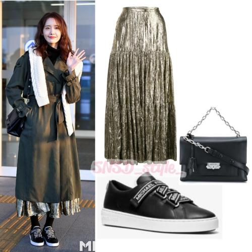 Trang phục ra sân bay của nữ ca sĩ cũng chứng minh đẳng cấp rich kid. Yoon Ah mặc cả set đồ của thương hiệu Michael Kors có giá lên tới 3.529 USD.