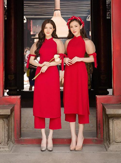 Mỗi dịp Tết, hai chị em thường rủ nhau mặc đồ ăn ý chụp ảnh áo dài đón xuân.