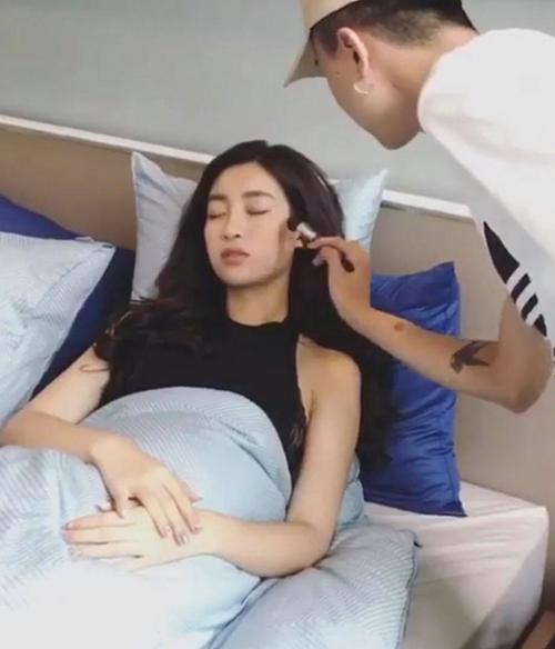 Đỗ Mỹ Linh cũng mệt mỏi công việc đến mức phải nhờ cậy các chuyên gia trang điểm ngay khi đang nằm trên giường.