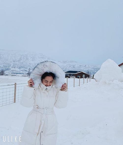 Bảo Anh co ro giữa không gian bao phủ bởi tuyết trắng ở Iceland.