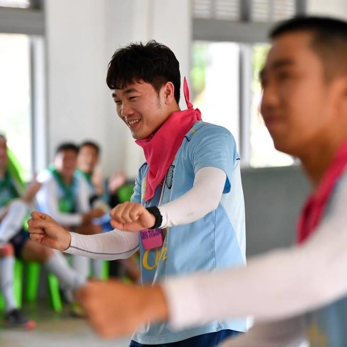 """<p> Trường """"Híp"""" tươi cười hưởng ứng các hoạt động bên lề tập luyện.</p>"""