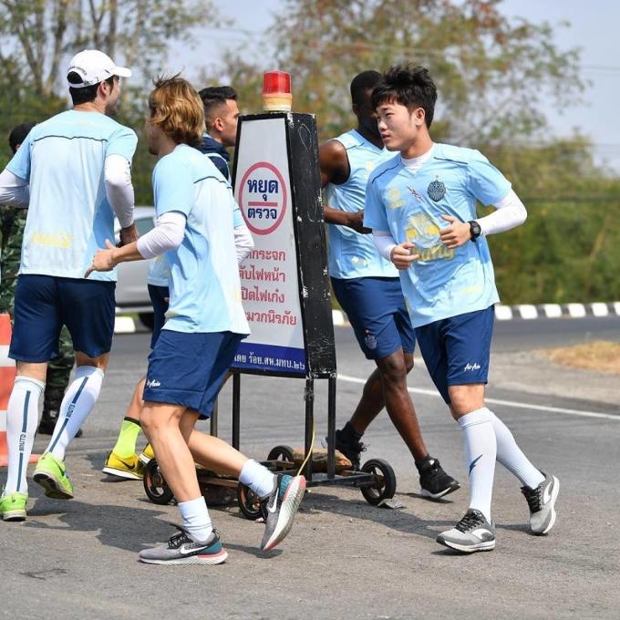<p> Tiền vệ CLB HAGL nhanh chóng hòa nhập với tập thể. Cùng Xuân Trường, 25 cầu thủ của CLB có mặt đầy đủ chuẩn bị choThai League 1 mùa giải 2019.</p>