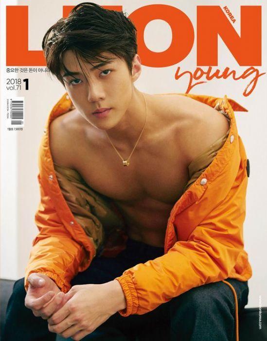 Shownu từng chọn đàn anh Se Hun là idol có hình thể chuẩn chỉnh nhất trong đời thực. Se Hun cũng xếp thứ nhất trong số các thành viên EXO về khoản mặc đồng phục học sinh đẹp nhất nhờ sở hữu bờ vai rộng, eo thon.