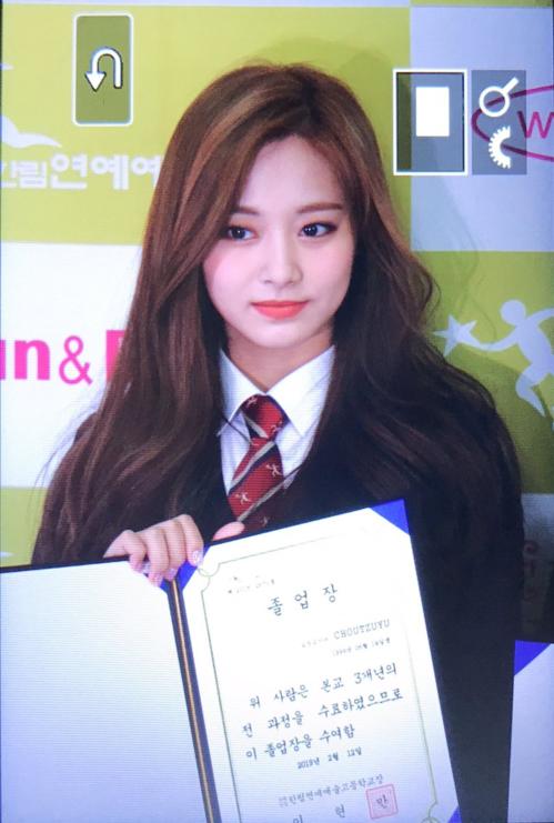 Tzuyu bắt đầu nhập học tại ngôi trường này năm 2016, trễ hơn các bạn cùng lứa 1999. Tại buổi lễ, cô nàng gây ấn tượng bởivẻ đẹp rạng ngời nổi bật. Nhiều fan nhận xét, nhan sắc Tzuyu ngày càng mặn mà, xứng đáng với danh hiệu top visual Kpop.