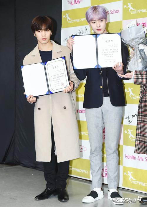 San Ha và Rocky (ASTRO) học khác khóa nhưng nhận bằng tốt nghiệp cùng lúc. Năm ngoái, Rocky không dự lễ tốt nghiệp vì lý do cá nhân.