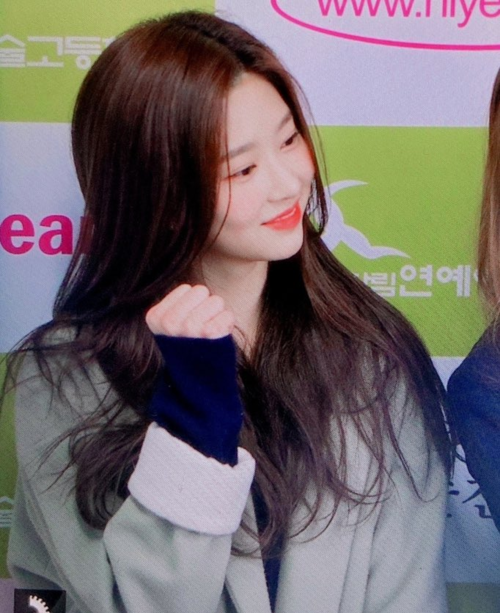 Mỹ nhân thế hệ mới Min Ju cũng xuất hiện để ủng hộ Chae Won. Cô nàng được nhiều fan gọi là bản sao của Tzuyu nhờ nhan sắccó nét tương đồng.