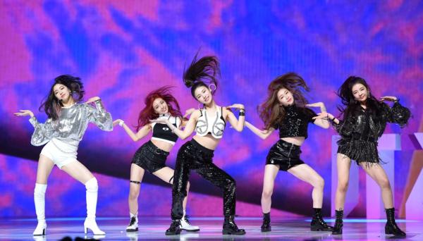 Trả lời câu hỏi về sự khác nhau giữa ITZY và Twice, Ye Ji cho biết: Concept của tiền bối là những cô gái đáng yêu còn chúng tôi nghiêng về phong cáchgirl crush. Ye Ji cũng nói thêm, sự ủng hộ to lớn mà khán giả dành cho nhómphần lớn là nhờ tên tuổi của đàn chị Twice.