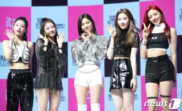 Đội hình ITZY lần lượt từ trái sang bao gồm: Ye Ji, Lia, Ryu Jin, Chae Ryeong và Yuna.