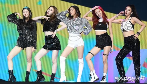 Tại showcase, bên cạnh ca khúc chủ đề Dalla Dalla, ITZY cũng trình diễn lại các bài hát debut của những girlgroup tiền bối như Irony (Wonder Girls), Bad Girl Good Girl (Miss A) và Like Ooh-Ahh (Twice).